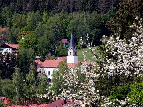 Blick auf die Pfarrkirche in Achslach im ArberLand Bayerischer Wald