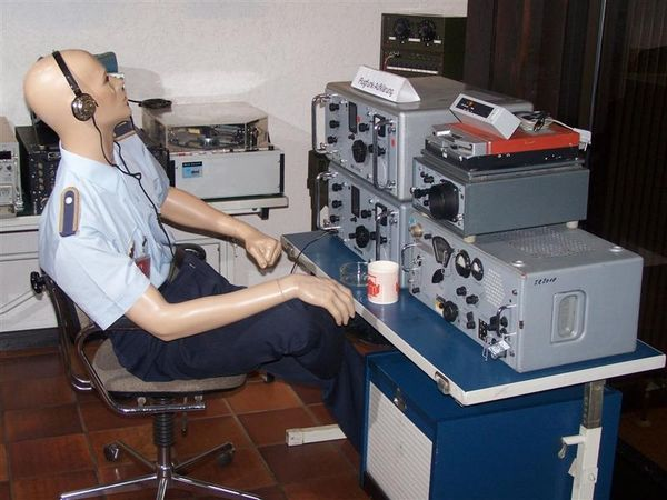 Soldaten-Attrappe an Fernmelde-Geräten im Museum FM-Elo Aufklärung am Hohenbogen