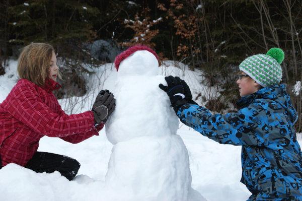Kinderspaß beim Schneemann bauen bei der Rodelbahn in Bayerisch Eisenstein