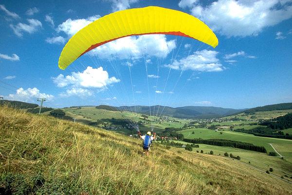 Bernau im Schwarzwald: In dem weiten Hochtal sind die Bedingungen für Gleitschirmflieger, vor allem Anfänger, ideal.