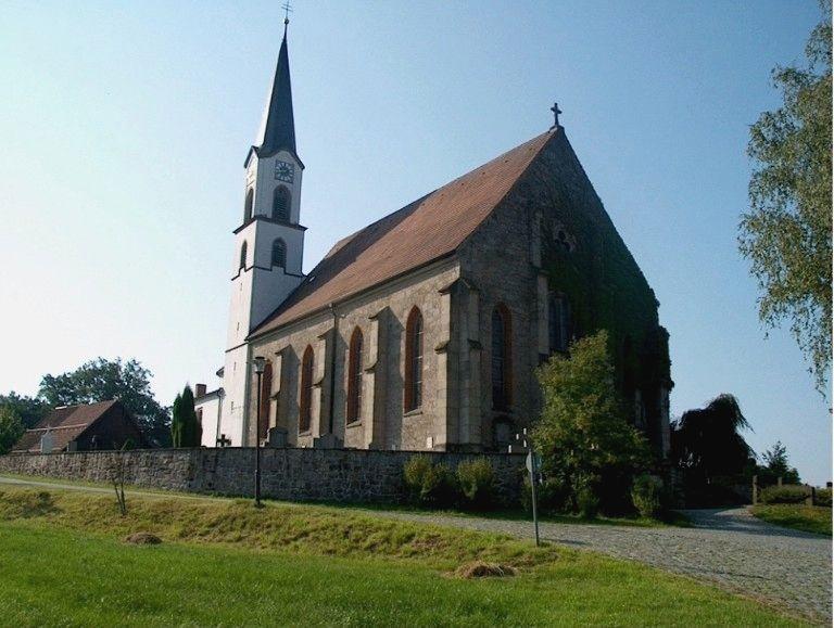 Blick auf die Pfarrkirche in Edenstetten bei Bernried im Bayerischen Wald