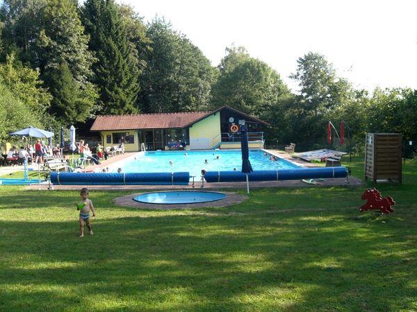 Badespaß für die ganze Familie bietet das Wald-Freibad in Bernried im Bayerischen Wald