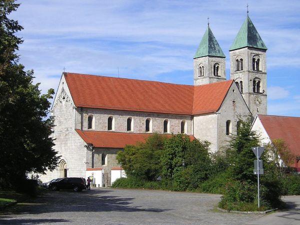 Blick auf die Klosterkirche in Biburg im Hopfenland Hallertau