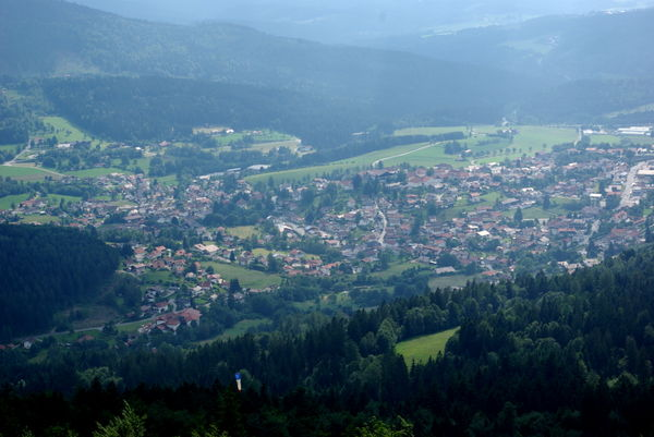 Blick vom Drachen- und Gleitschirmstartplatz am Hochzellberg auf Bodenmais im Bayerischen Wald