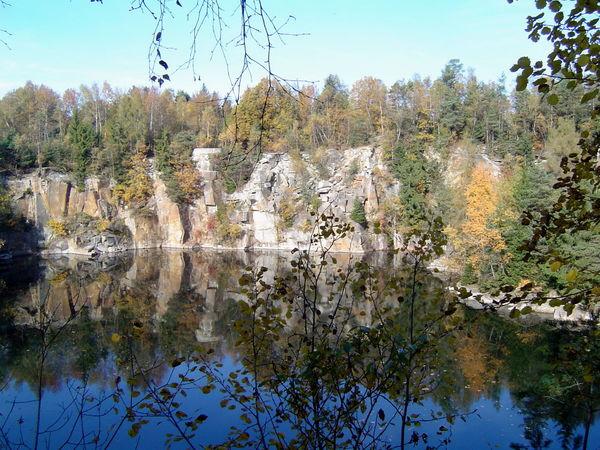 Der dunkle See im Naturdenkmal BERGHOLZ in Büchlberg im Bayerischen Wald