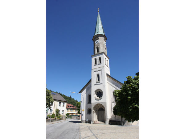 Blick auf die Pfarrkirche ST. ULRICH in Büchlberg im südlichen Bayerischen Wald