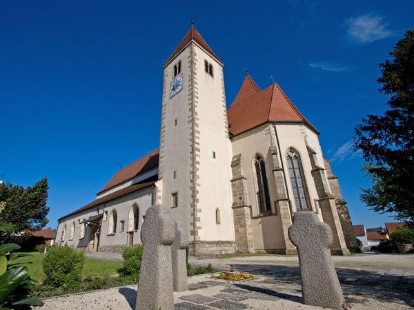 Blick auf die Pfarrkirche Chammünster, ein imposantes Kunstwerk bei Cham