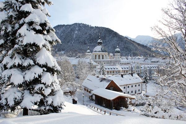 Blick auf Kloster Ettal im Winter