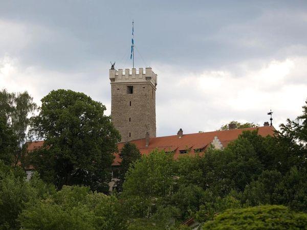 Von weitem zu sehen ist der wuchtige Bergfried von Burg Falkenfels
