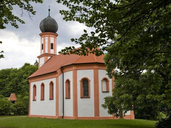 Blick auf die Barock-Wallfahrtskirche St. Johann in Falkenfels