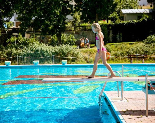 Spaß auf dem Sprungrett im Freibad in Freyung