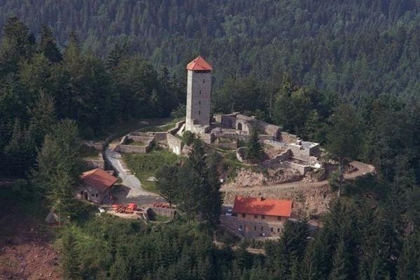 Blick von oben auf die Burgruine Altnußberg bei Geiersthal im Bayerischen Wald