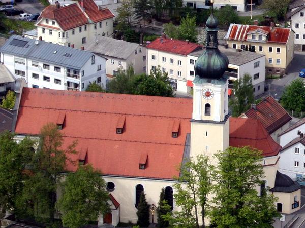 Blick von oben auf die Stadtpfarrkirche MARIA HIMMELFAHRT in der Bärenstadt Grafenau
