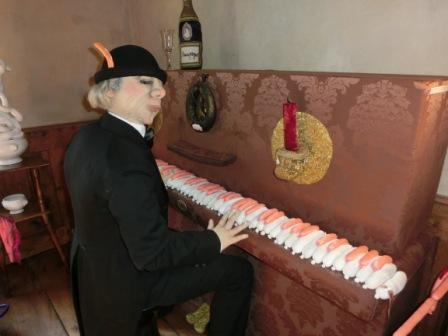 Alraune Ausstellung Wurst Klavier