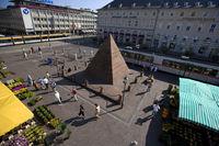 Marktplatz mit Pyramide