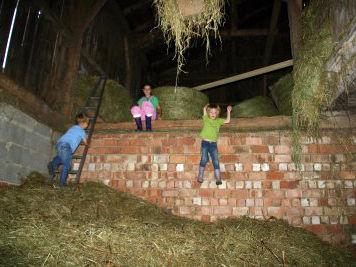Kinderspaß im Heustadl auf dem Bauernhof Binder