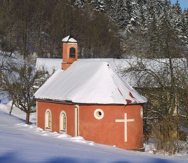 Blick auf die Kapelle Dornach am Baierweg in der Gemeinde Kollnburg im Winter