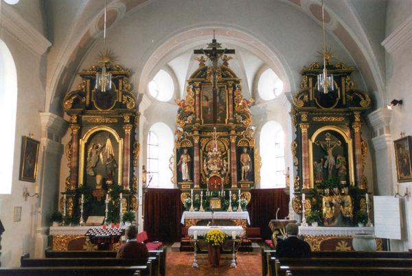 Blick auf den Altarbereich in der Pfarrkirche Kollnburg