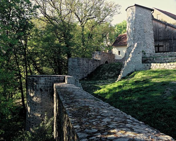 Mauerreste auf der Burganlage in Mitterfels