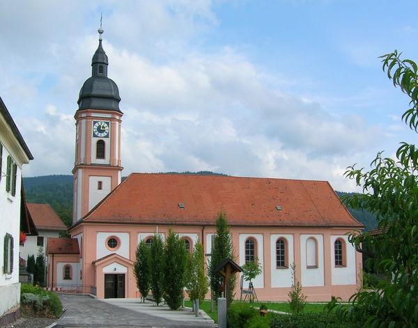 Blick auf die Pfarrkirche St. Martin in Neukirchen in der Urlaubsregion St. Englmar