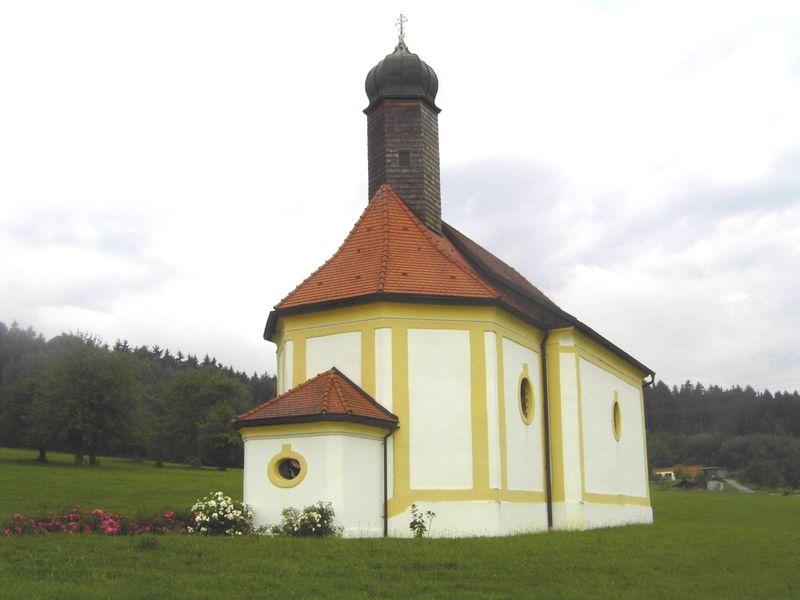 Blick auf die ehemalige Wallfahrtskirche Sankt Kolomann bei Neukirchen vorm Wald