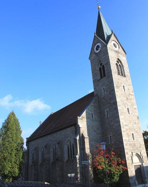 Blick auf die Pfarrkirche ST. ANNA in Neuschönau im Nationapark Bayerischer Wald