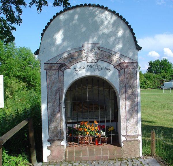 Blick auf die Fronleichnam-Kapelle am Guntherweg bei Niederalteich im Deggendorfer Land
