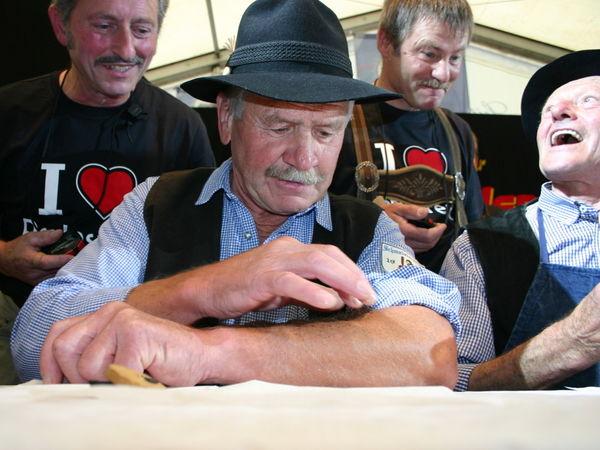 Wettschnupfen beim Perlesreuter Schmalzlerfest im Bayerischen Wald