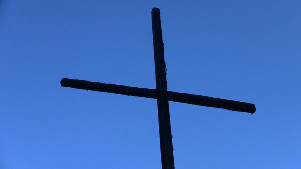 Mächtiges Kreuz vor mächtigen Bergen: Der Kreuzweg Randa beeindruckt Pilger wie Wanderer von Zermatt, Täsch und Randa.