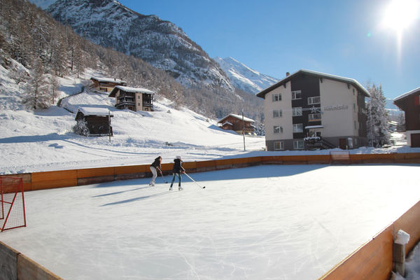 Randa's ice rink, located in the heart of the village, framed by mountains: skaters and hockey players welcome!