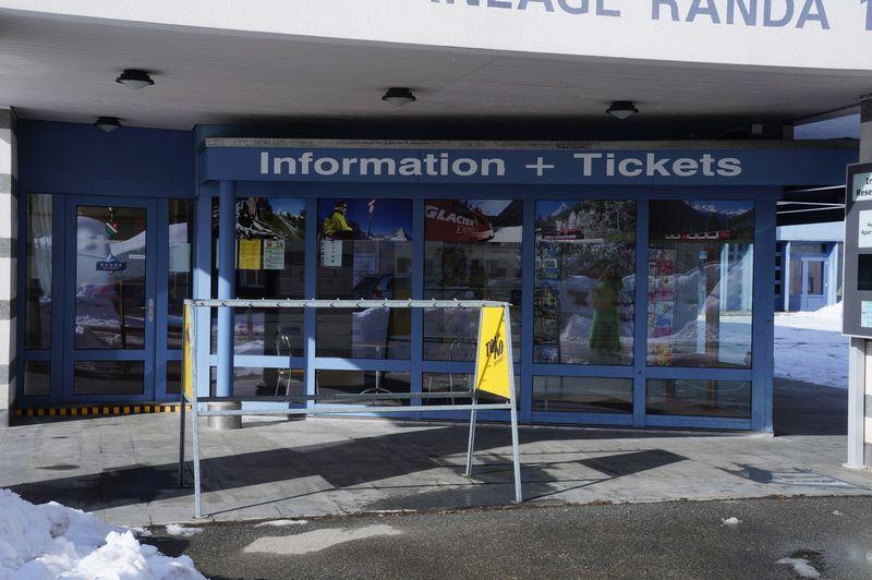 Im Dienstleistungszentrum der Gemeinde Randa finden Sie für die Destination Zermatt-Täsch-Randa Infos und Tipps, Prospekte und Souvenirs sowie Tickets zum Kaufen.
