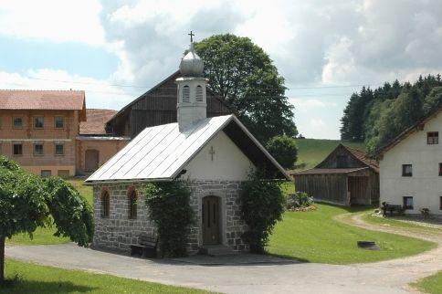 Blick auf die Dorfkapelle in Ried in der Gemeinde Rinchnach