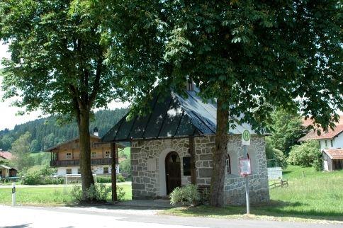 Blick auf die Dorfkapelle in Stadl in der Gemeinde Rinchnach