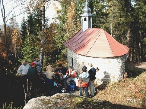 Blick auf die Riedstein-Kapelle in der Gemeinde Rinchnach