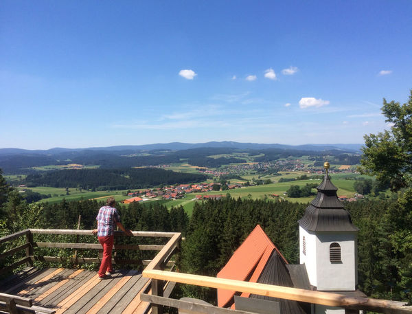 Herrlicher Ausblick über die Kirchturmspitze hinweg ins Rinchnachtal und die südlichen Bayerwaldberge