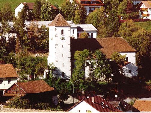Blick auf die Expositurkirche in Trasching (Ortsteil der Stadt Roding)