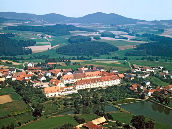 Luftansicht von Kloster Strahlfeld bei Roding im Naturpark Oberer Bayerischer Wald
