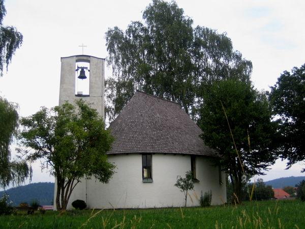 Blick auf die Evangelische Gnadenkirche in Ruhmannsfelden im ArberLand Bayerischer Wald