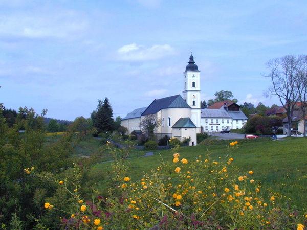 Blick auf die Klosterkirche in Sankt Oswald im Bayerischen Wald