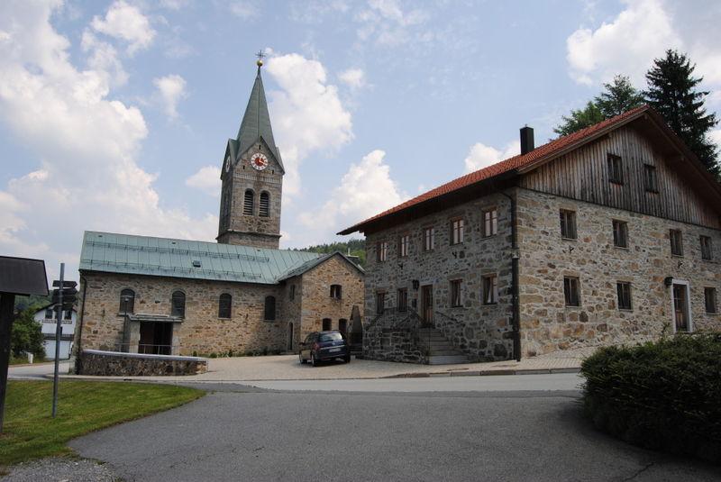Blick auf die Pfarrkirche Langfurth mit Pfarrhof in der Gemeinde Schöfweg
