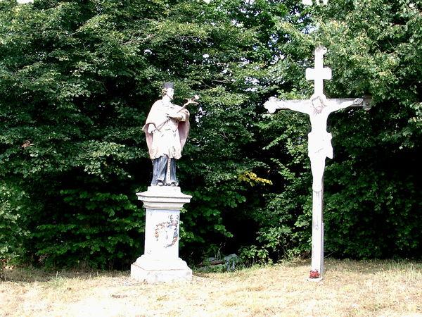 Blick auf das Nepomuk-Denkmal in Ried bei Stallwang im Bayerischen Wald