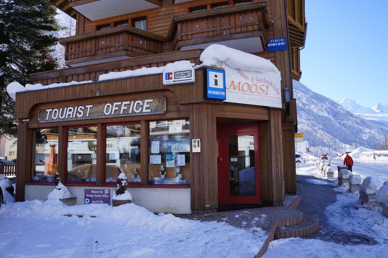 L'équipe compétente de l'office du tourisme de Täsch propose des infos et des conseils, des prospectus et des souvenirs sur la région de Zermatt.