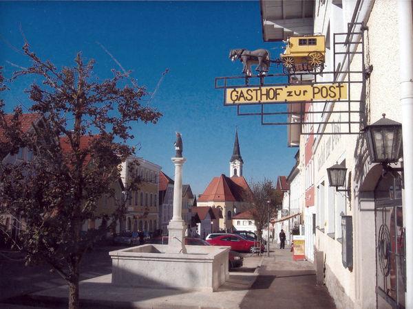 Blick auf den Nepomuk-Brunnen am Marktplatz in Untergriesbach - Foto: Kronawitter