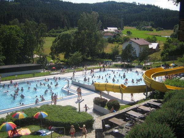 Die große Wasserrutsche im Freibad Viechtach im ArberLand Bayerischer Wald