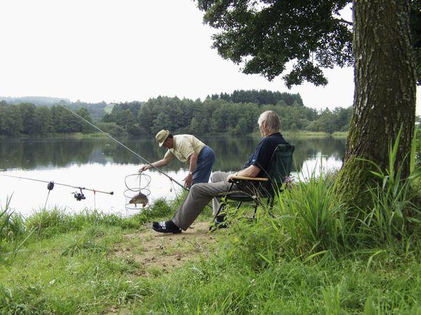 Angler am Neuweiher bei Wiesenfelden im Vorderen Bayerischen Wald