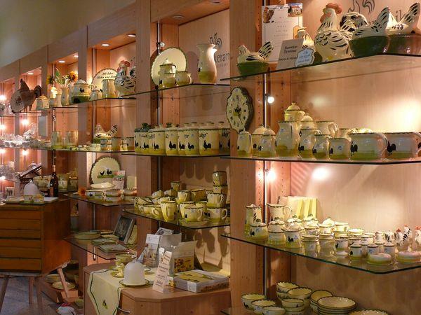 Im Shop gibt es auch Produkte des Schwesterunternehmens Zeller Keramik