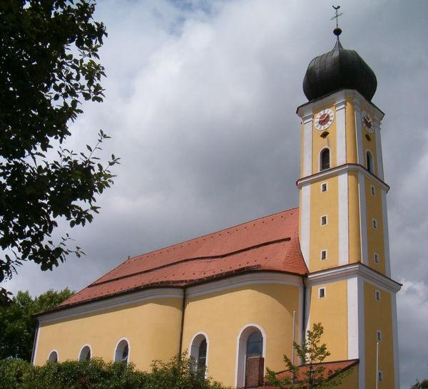 Blick auf Barockkirche ST. BARTHOLOMÄUS in Harrling bei Zandt im Kötztinger Land