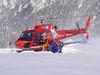 Une personne secourue est embarquée dans l'hélicoptère qui la ramène dans la vallée.