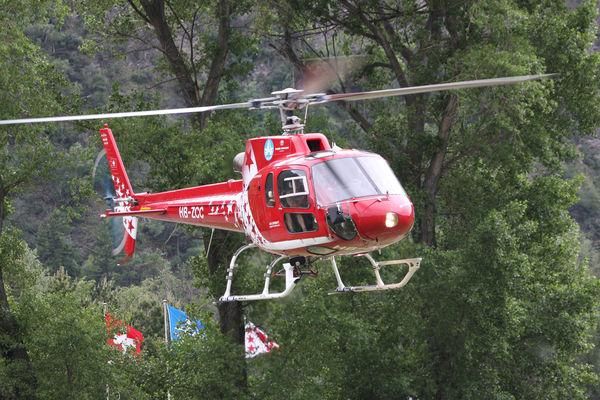 Helikopter der Air Zermatt im Einsatz.