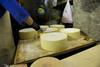 Les meules de fromage sont soignées méticuleusement durant le processus de maturation.